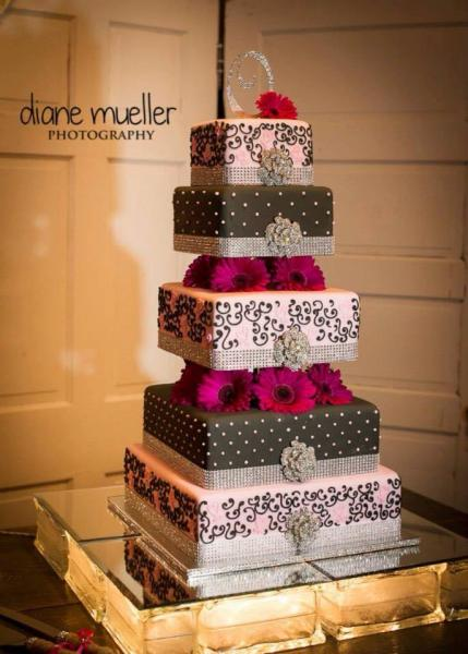 Pink & Brown Wedding Cake with daisies